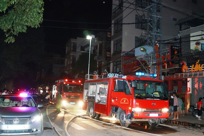 Nổ tại nhà hàng ở Nha Trang, 2 chiến sĩ PCCC bị bỏng - Ảnh 2.