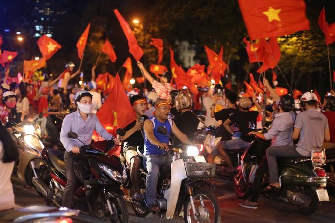 Cả Sài Gòn rực đỏ mừng U23 Việt Nam và HLV Park Hang Seo - Ảnh 14.