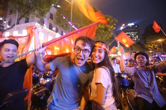 Cả Sài Gòn rực đỏ mừng U23 Việt Nam và HLV Park Hang Seo - Ảnh 15.