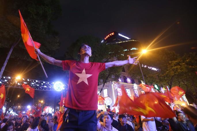 Cả Sài Gòn rực đỏ mừng U23 Việt Nam và HLV Park Hang Seo - Ảnh 19.