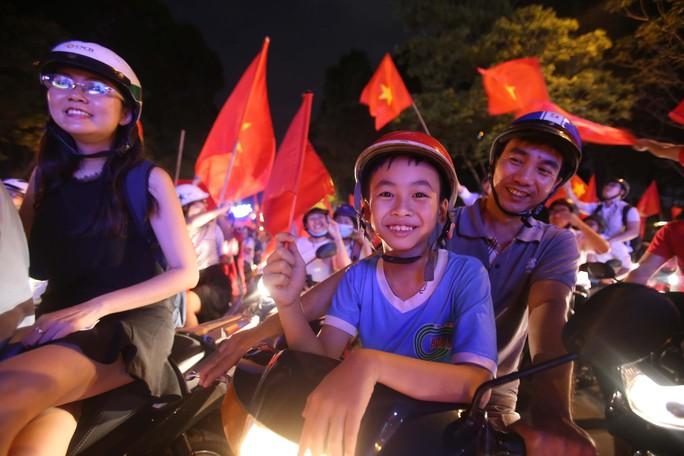 Cả Sài Gòn rực đỏ mừng U23 Việt Nam và HLV Park Hang Seo - Ảnh 16.