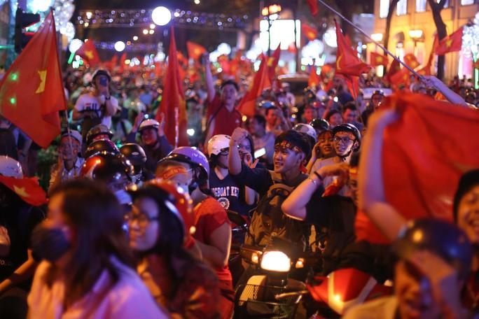 Cả Sài Gòn rực đỏ mừng U23 Việt Nam và HLV Park Hang Seo - Ảnh 21.
