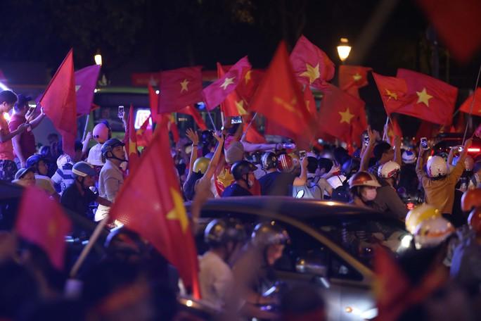 Cả Sài Gòn rực đỏ mừng U23 Việt Nam và HLV Park Hang Seo - Ảnh 30.