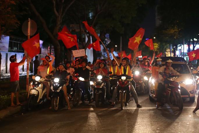 Cả Sài Gòn rực đỏ mừng U23 Việt Nam và HLV Park Hang Seo - Ảnh 32.