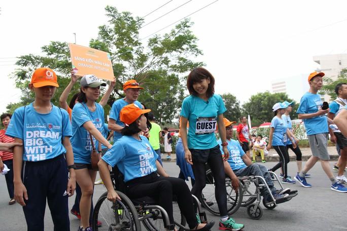 Choáng ngợp với 8.000 VĐV ở Giải Marathon TP HCM 2018 - Ảnh 1.