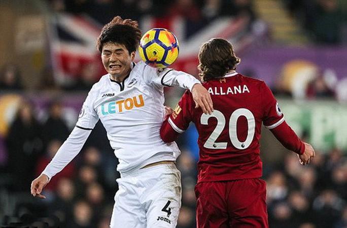 Ra mắt siêu trung vệ, Liverpool gục ngã trước Swansea - Ảnh 5.