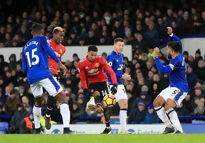 Man United trở lại ngôi nhì, Mourinho đá xoáy Scholes - Ảnh 2.