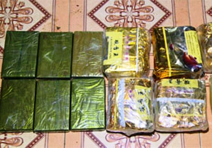 Thấy cảnh sát, vứt xe máy, ném 6 bánh heroin và 6 kg ma túy đá bỏ chạy - Ảnh 2.