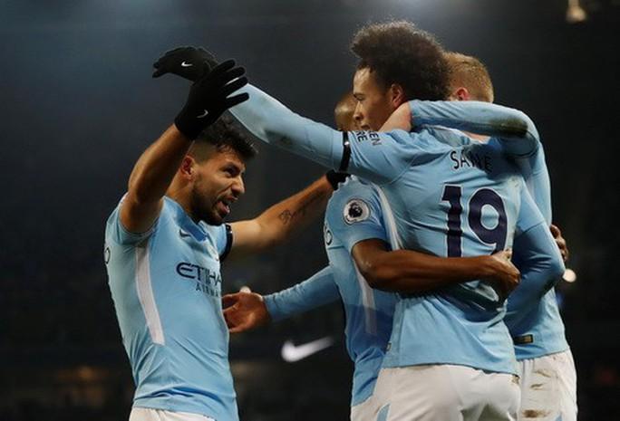 Nhấn chìm Newcastle, Man City thách thức sân cỏ Anh - Ảnh 4.