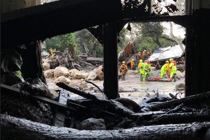 Lực lượng cứu hộ tìm kiếm các nạn nhân tại khu vực Montecito. Ảnh: New York Times