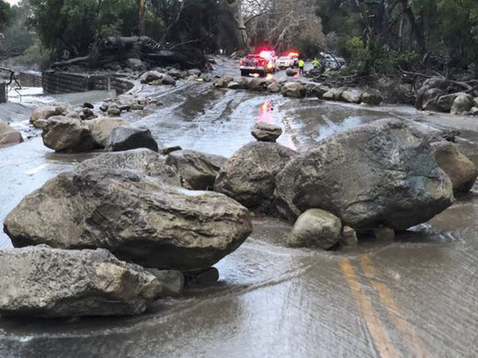 Nhiều tuyến đường lớn ở phía Nam bang California bị đóng do mưa lũ và sạt lở. Ảnh: AP