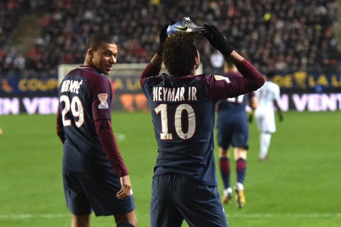 Đưa PSG vào bán kết, Neymar ăn mừng kiểu dị - Ảnh 1.