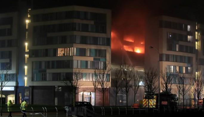 Cháy bãi giữ xe đêm giao thừa, 1.400 ô tô bị thiêu rụi - Ảnh 1.