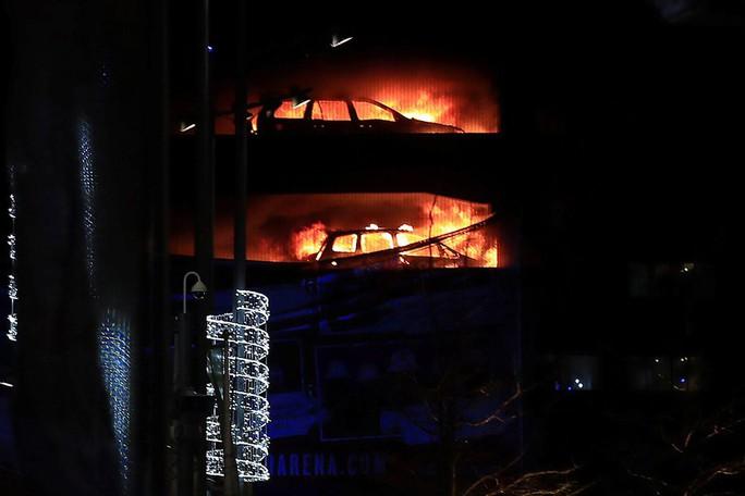 Cháy bãi giữ xe đêm giao thừa, 1.400 ô tô bị thiêu rụi - Ảnh 2.