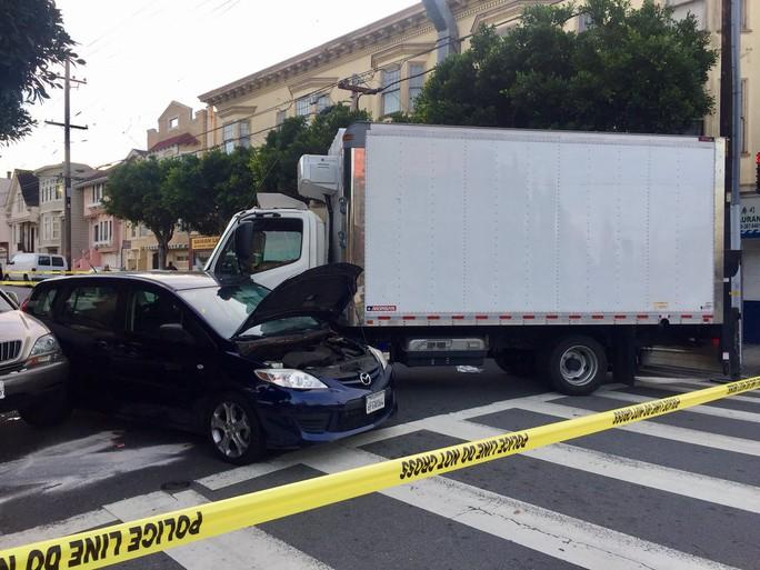 Mỹ: Xe tải lao vào người đi bộ gây hàng loạt thương vong - Ảnh 1.
