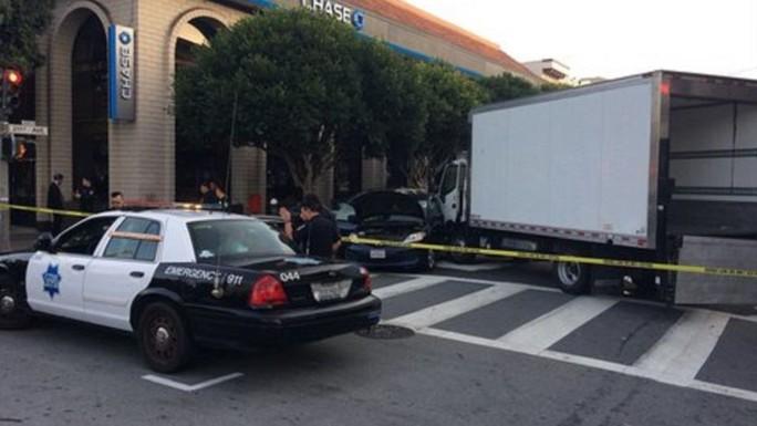 Mỹ: Xe tải lao vào người đi bộ gây hàng loạt thương vong - Ảnh 2.