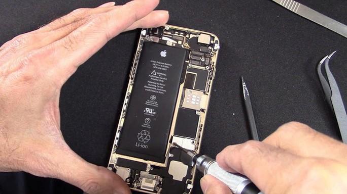 Người dùng Việt Nam ùn ùn đổi pin iPhone, trung tâm bảo hành Apple quá tải - Ảnh 1.