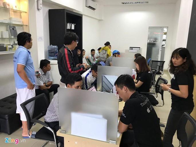 Người dùng Việt Nam ùn ùn đổi pin iPhone, trung tâm bảo hành Apple quá tải - Ảnh 2.