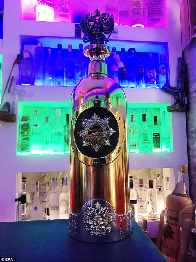Trộm chai vodka đắt nhất thế giới, uống cạn rồi vứt bỏ - Ảnh 1.