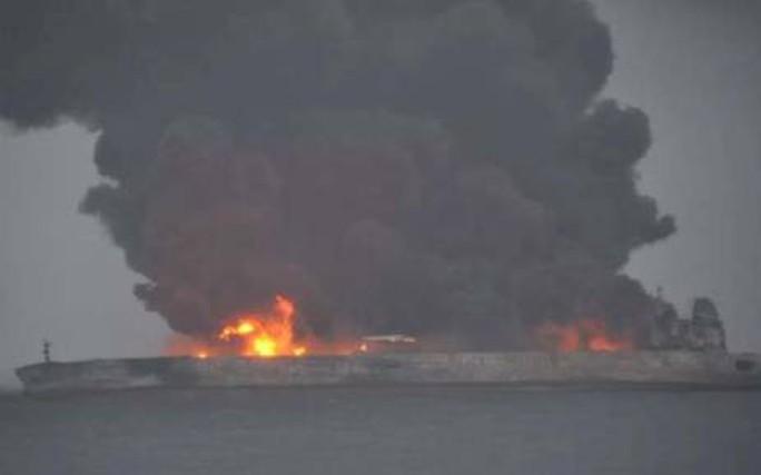 Tàu chở dầu đụng tàu hàng trong đêm, 32 người mất tích - Ảnh 1.