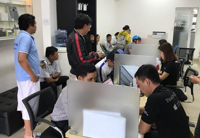 Apple hết pin iPhone 6 Plus để thay cho khách Việt - Ảnh 1.