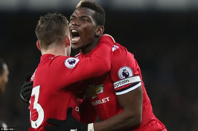 Man United trở lại ngôi nhì, Mourinho đá xoáy Scholes - Ảnh 3.
