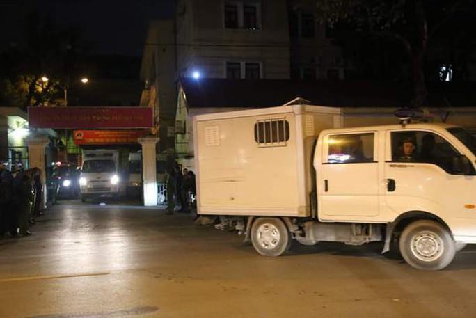 Xe chuyên dụng đưa ông Đinh La Thăng rời tòa - Ảnh 3.