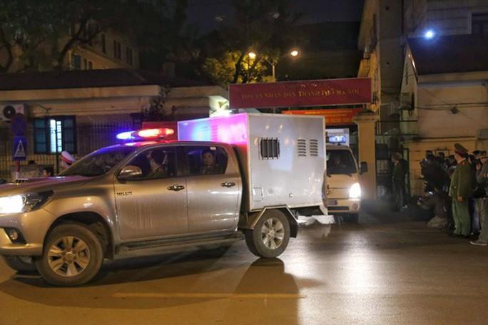 Xe chuyên dụng đưa ông Đinh La Thăng rời tòa - Ảnh 4.