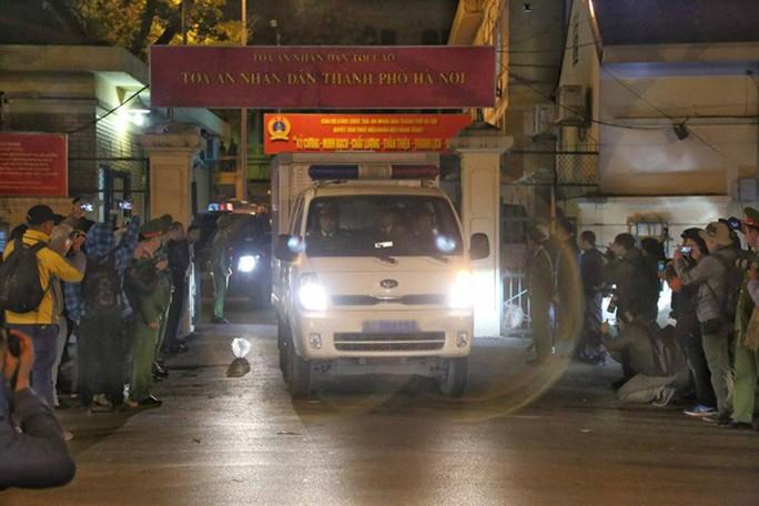 Xe chuyên dụng đưa ông Đinh La Thăng rời tòa - Ảnh 5.