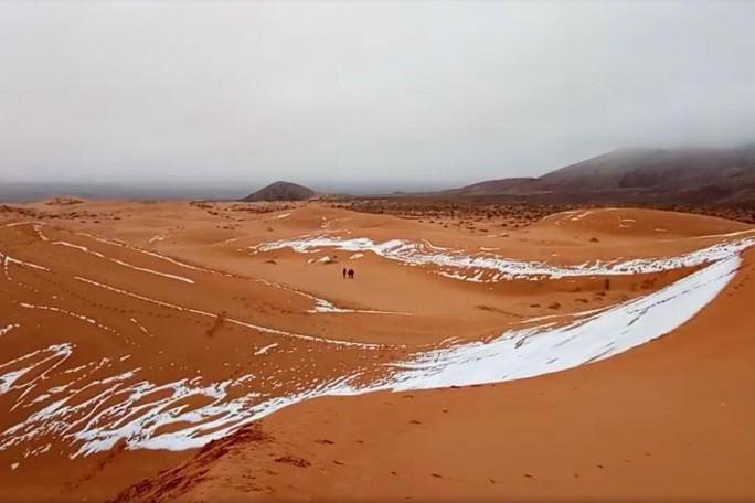 Trung Quốc: Lạnh đến mức tóc đóng băng ngoài trời - Ảnh 4.