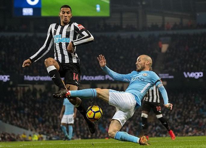 Nhấn chìm Newcastle, Man City thách thức sân cỏ Anh - Ảnh 2.