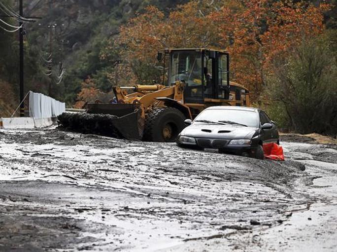 Xe xúc đất giải cứu xe hơi ở Đại lộ Topanga Canyon, miền Tây TP Los Angeles. Ảnh: AP