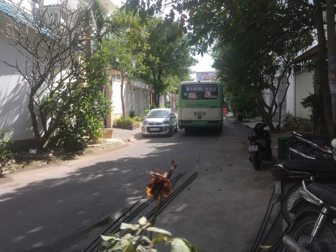Bất an vì xe buýt chạy vào khu dân cư - Ảnh 1.