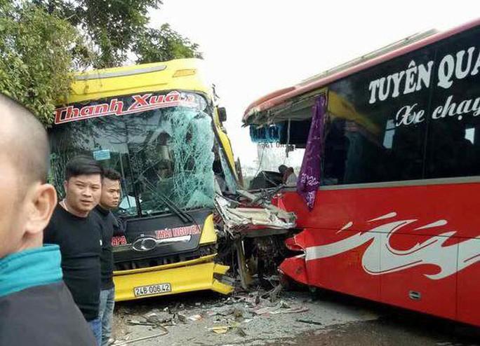 2 xe khách đấu đầu, hành khách hoảng sợ phá kính chui ra ngoài - Ảnh 1.