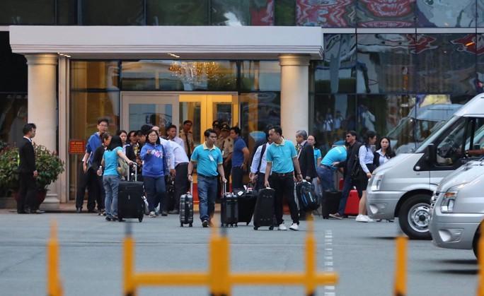 9 du khách bị trúng bom ở Ai Cập về tới TP HCM - Ảnh 6.