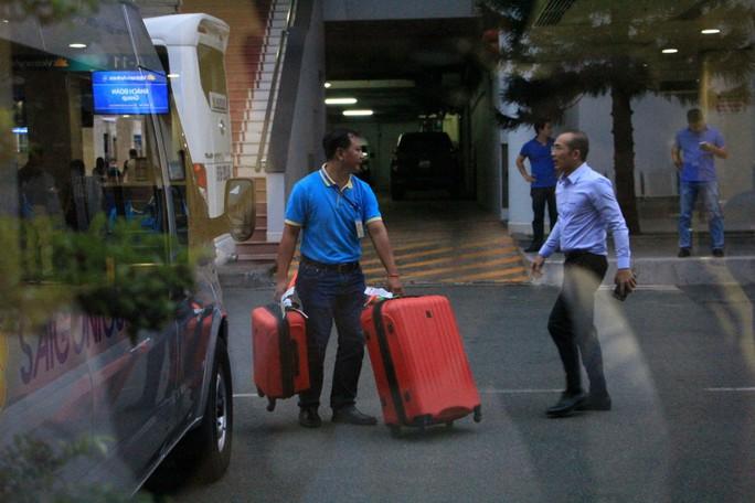 9 du khách bị trúng bom ở Ai Cập về tới TP HCM - Ảnh 9.