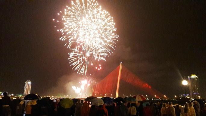 Người dân Đà Nẵng đội mưa xem pháo hoa đêm 1-1 - Ảnh 9.