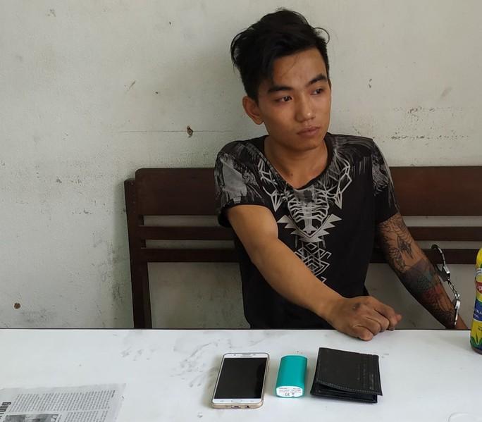 Bắt khẩn cấp đối tượng quỵt tiền cước, cướp điện thoại của tài xế taxi - Ảnh 1.