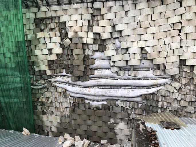 Cưỡng chế bức tường chắn khổng lồ sai phép treo đầu dân - Ảnh 1.