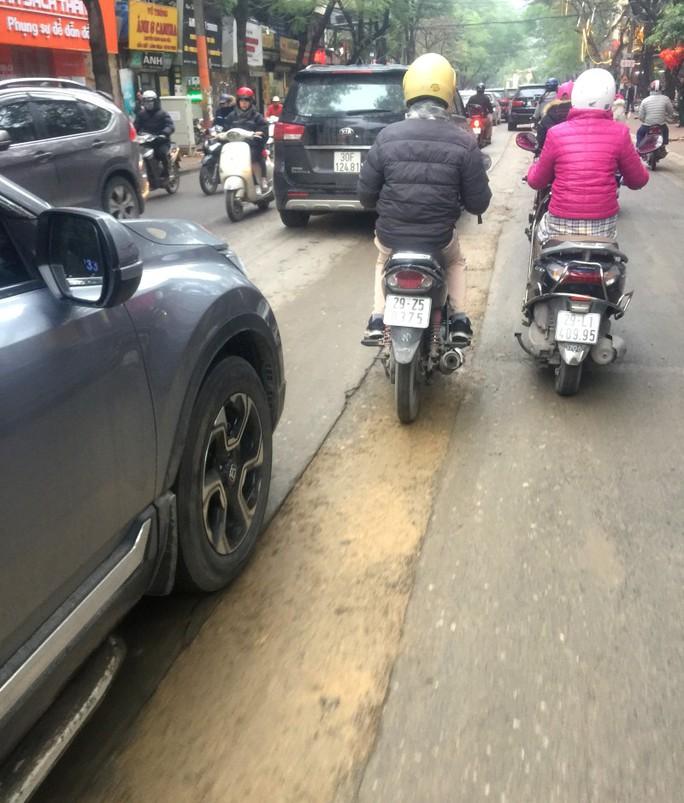Đường ở Hà Nội bị đào xới gây tai nạn, thanh tra giao thông nói gì? - Ảnh 1.