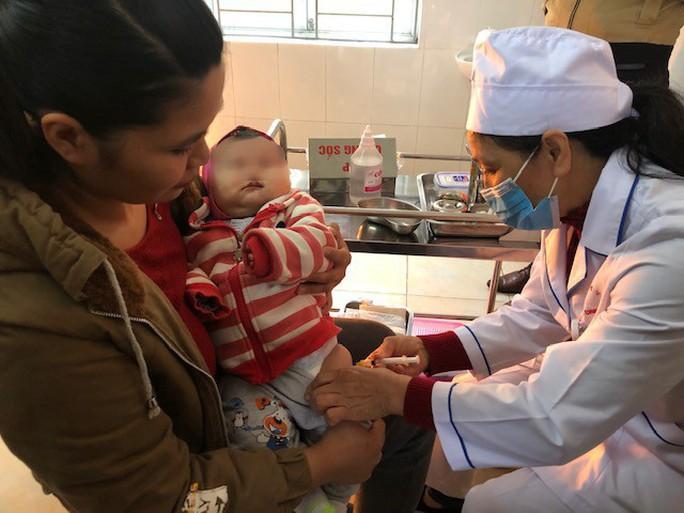 Cơ quan chức năng vào cuộc vụ cháu bé tử vong sau tiêm vắc-xin ComBE Five - Ảnh 2.