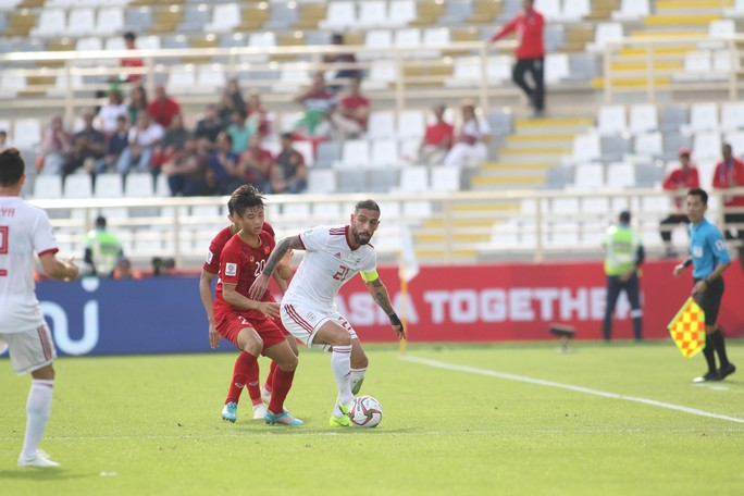 Clip: Công Phượng bỏ lỡ cơ hội đẹp, Việt Nam thua Iran 0-2 - Ảnh 7.