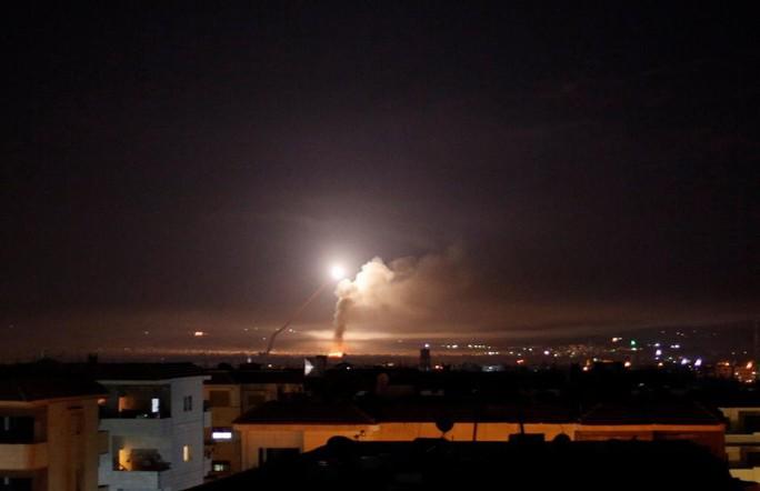 Syria lại tuyên bố bắn hạ hầu hết tên lửa Israel trong đêm - Ảnh 1.
