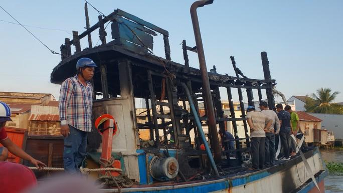 Cháy tàu dưới sông, nhiều nhà dân bị vạ lây - Ảnh 1.