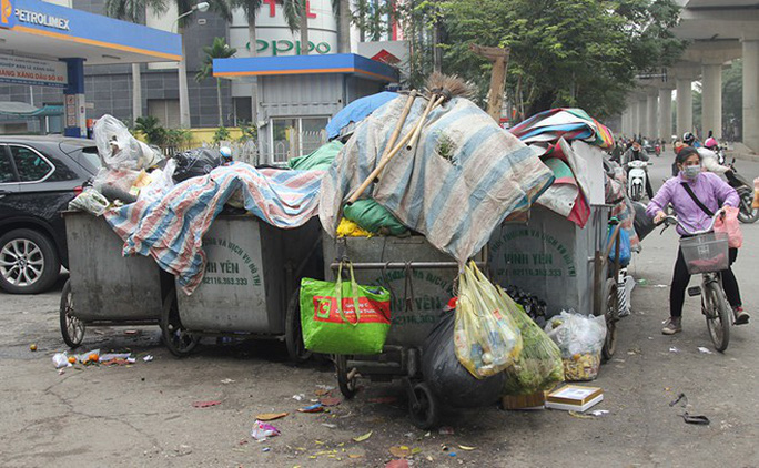 Người dân chặn xe vào bãi rác, rác trong nội thành Hà Nội bị ùn ứ nhiều ngày - Ảnh 1.