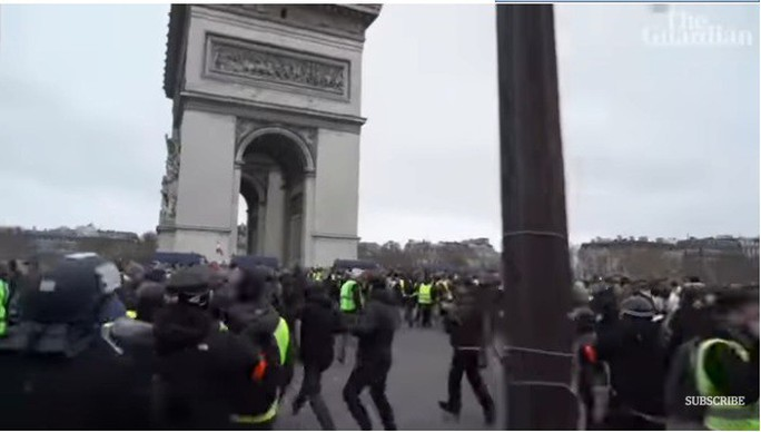 Cảnh sát Pháp dùng vòi rồng và hơi cay trấn áp người biểu tình Áo Vàng - Ảnh 1.