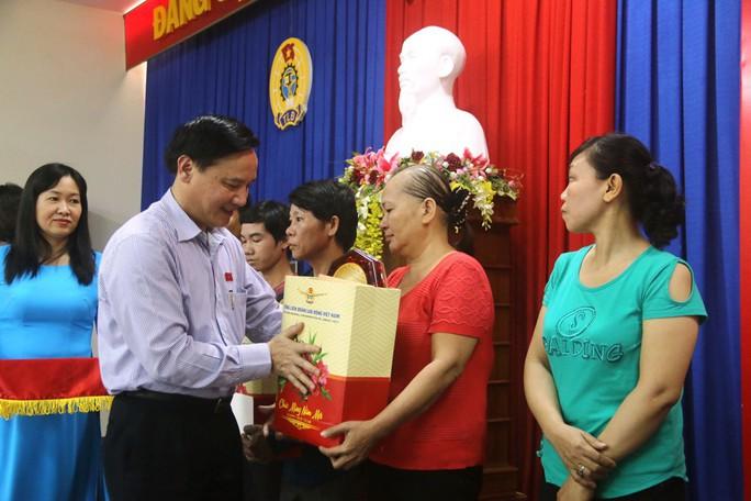 Niềm vui của  công nhân khó khăn tại Khánh Hòa khi được nhận quà Tết - Ảnh 2.