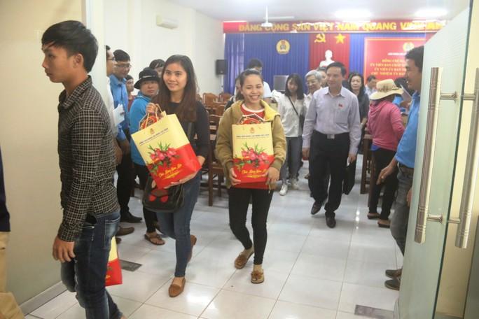 Niềm vui của  công nhân khó khăn tại Khánh Hòa khi được nhận quà Tết - Ảnh 6.