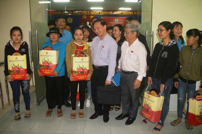 Niềm vui của  công nhân khó khăn tại Khánh Hòa khi được nhận quà Tết - Ảnh 5.