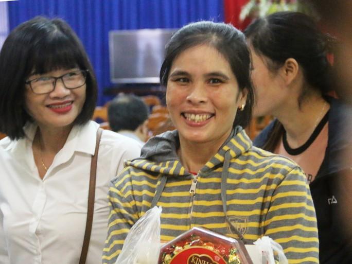 Niềm vui của  công nhân khó khăn tại Khánh Hòa khi được nhận quà Tết - Ảnh 4.
